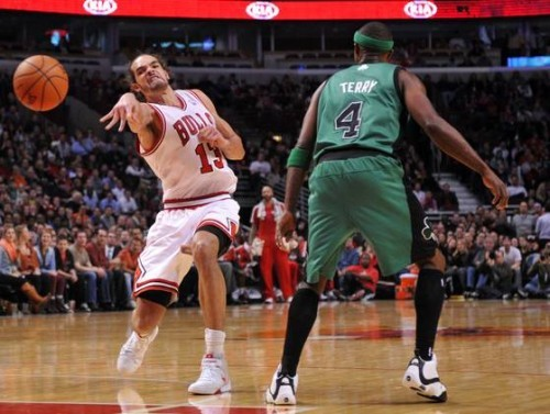 joakim-noah-exaggerated-pass