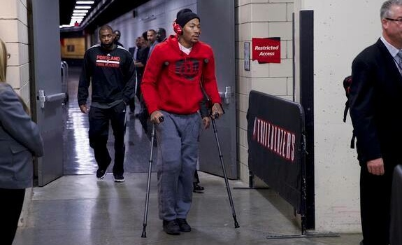 Derrick Rose Suffers Right Knee Injury