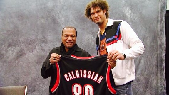 Robin Lopez Gives Billy Dee Williams a Blazers Calrissian Jersey